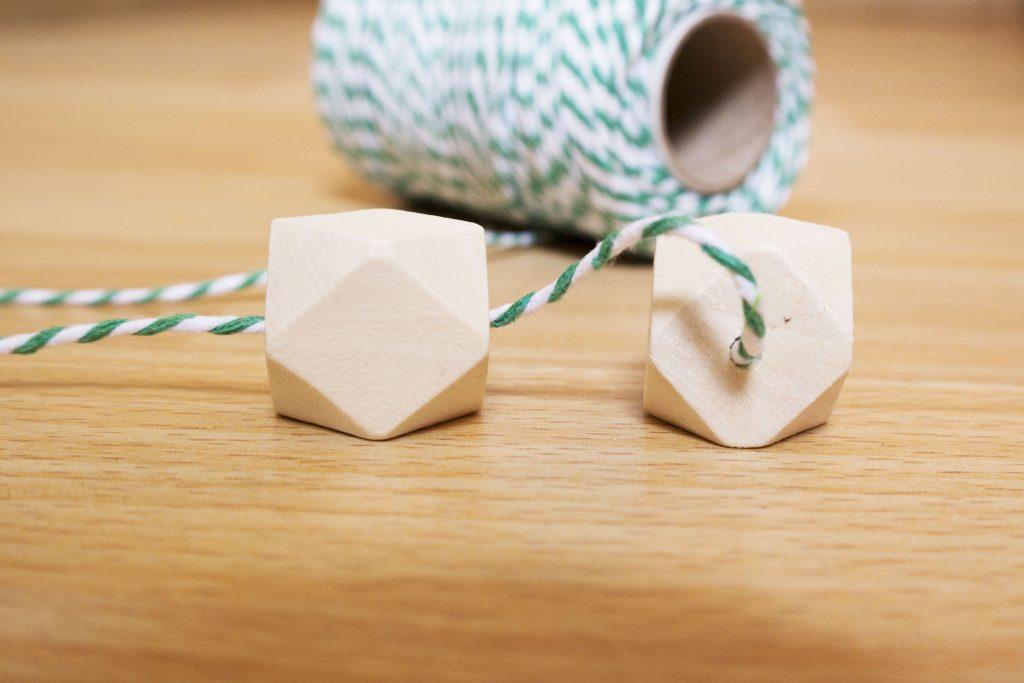 baker twine et perles en bois sur le blog diy de jeanne s'amuse