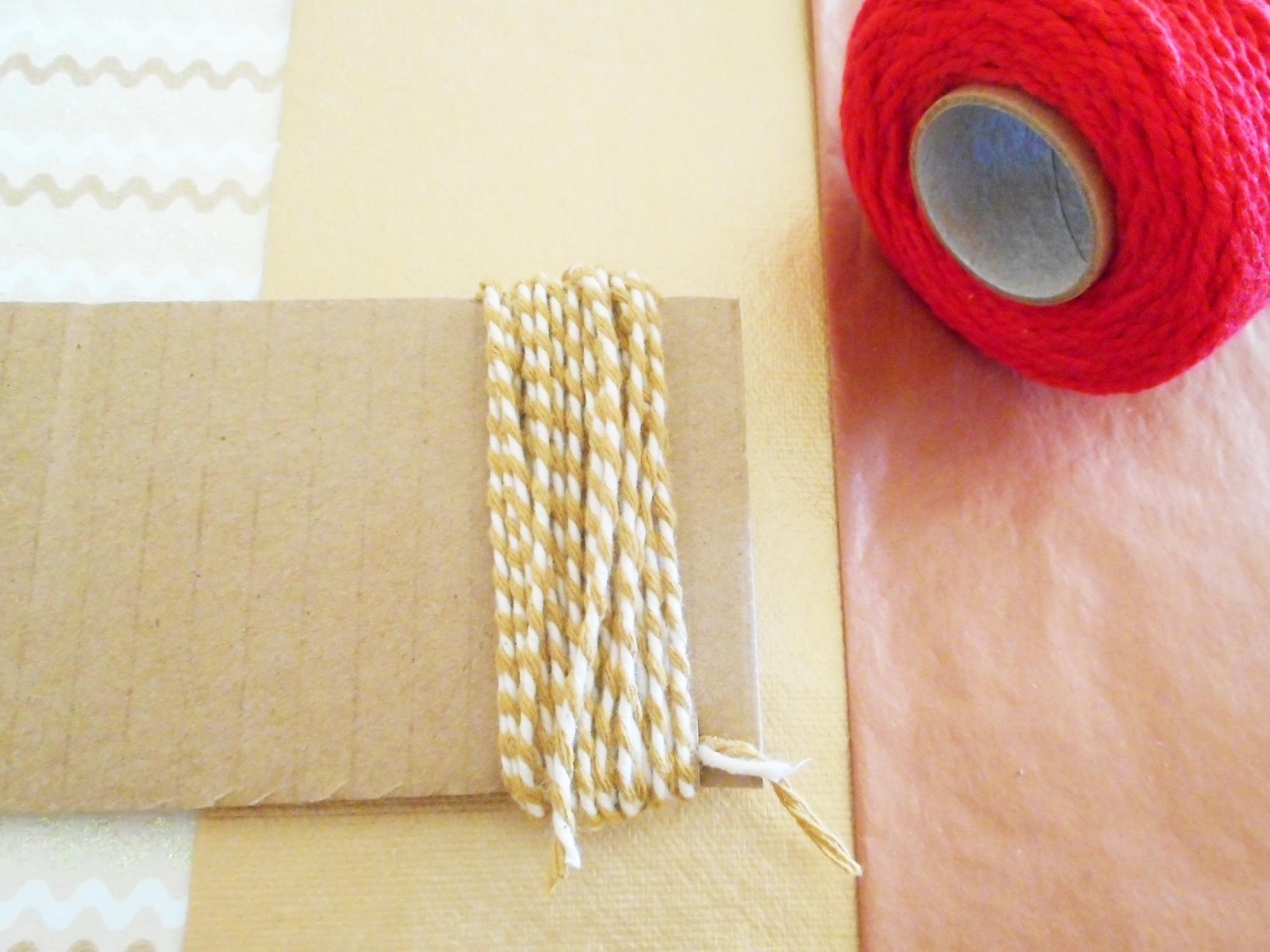 fabrication d'une guirlande en pompons sur le blog Jeanne s'amuse