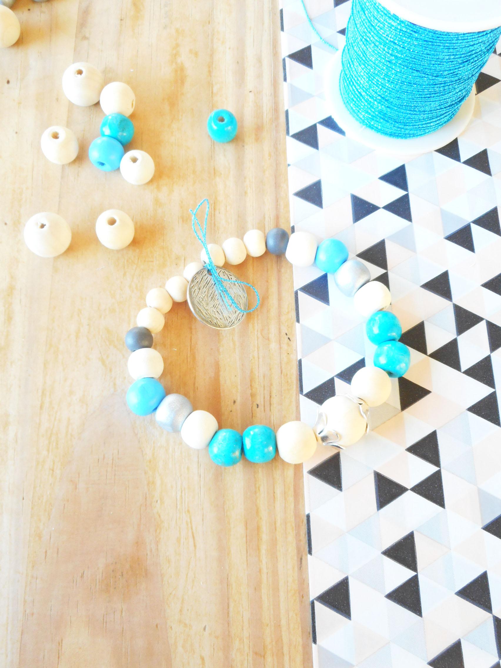 tuto bracelet perles en bois sur le blog diy Jeanne s'amuse