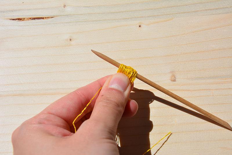 création du pompon tuto collier ethnique par jeanne s'amuse