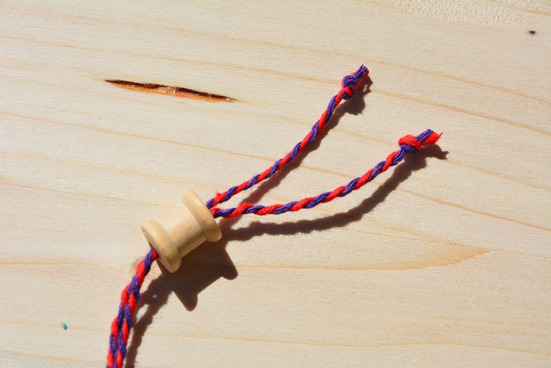 mini bobine en bois tuto collier ethnique par jeanne s'amuse